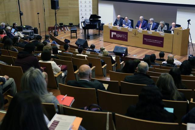 El paer en cap, Fèlix Larrosa, considera un compromís de ciutat l'educació amb tecnologia, en valors i la responsabilitat digital